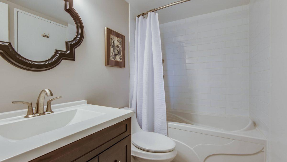 1206-75 Graydon Hall - 3pc bathroom
