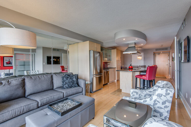 216-550 Queens Quay W - Living room and kitchen