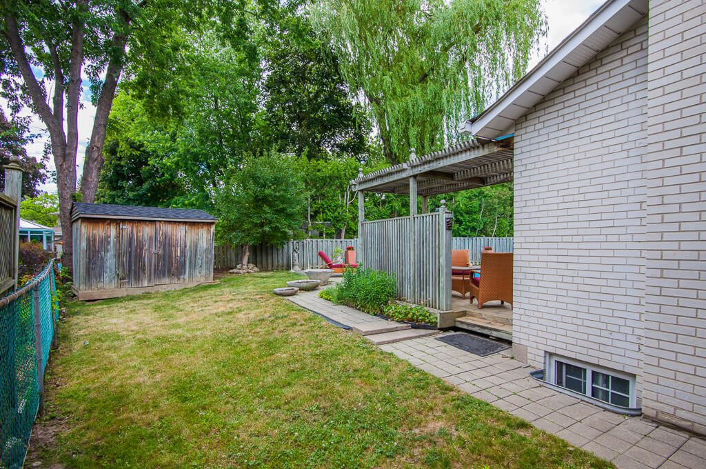 42 Skyview Cres - Side yard