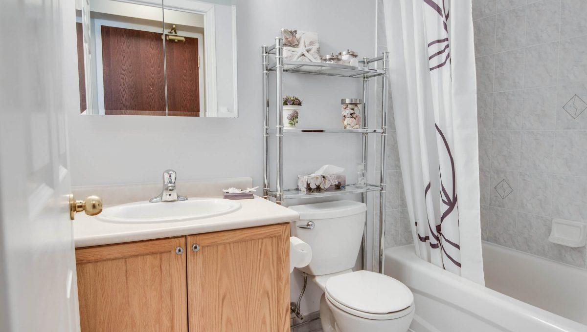 707-39 Oneida Cres - Bathroom