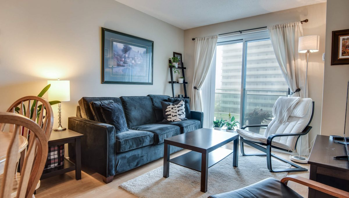 707-39 Oneida Cres - Living room