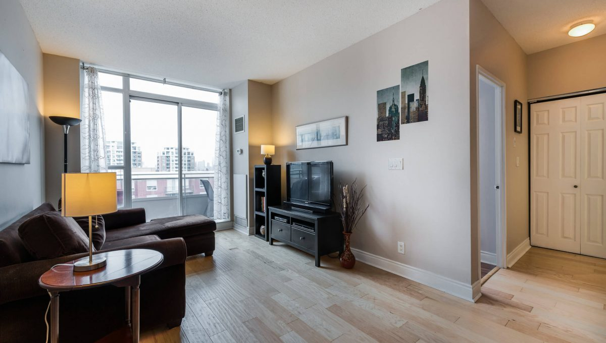 Uph2-245 Davisville Ave - Living room