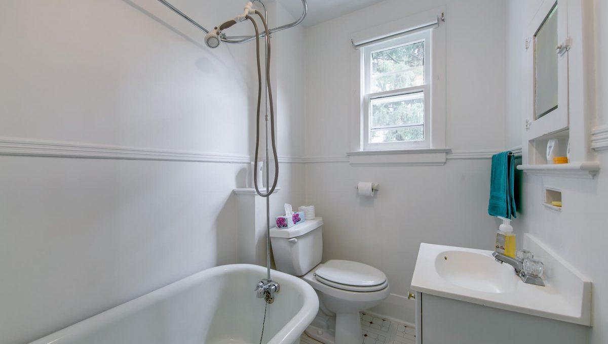 117 Linsmore Crescent - Bathroom