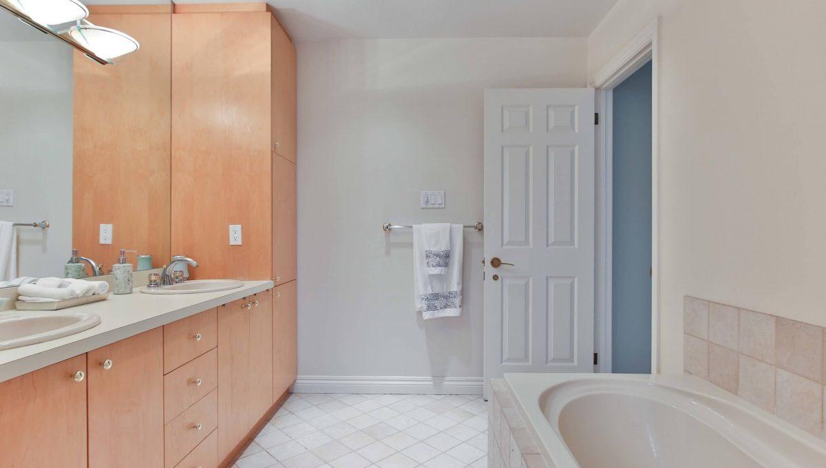 1 Michigan Dr - Master washroom