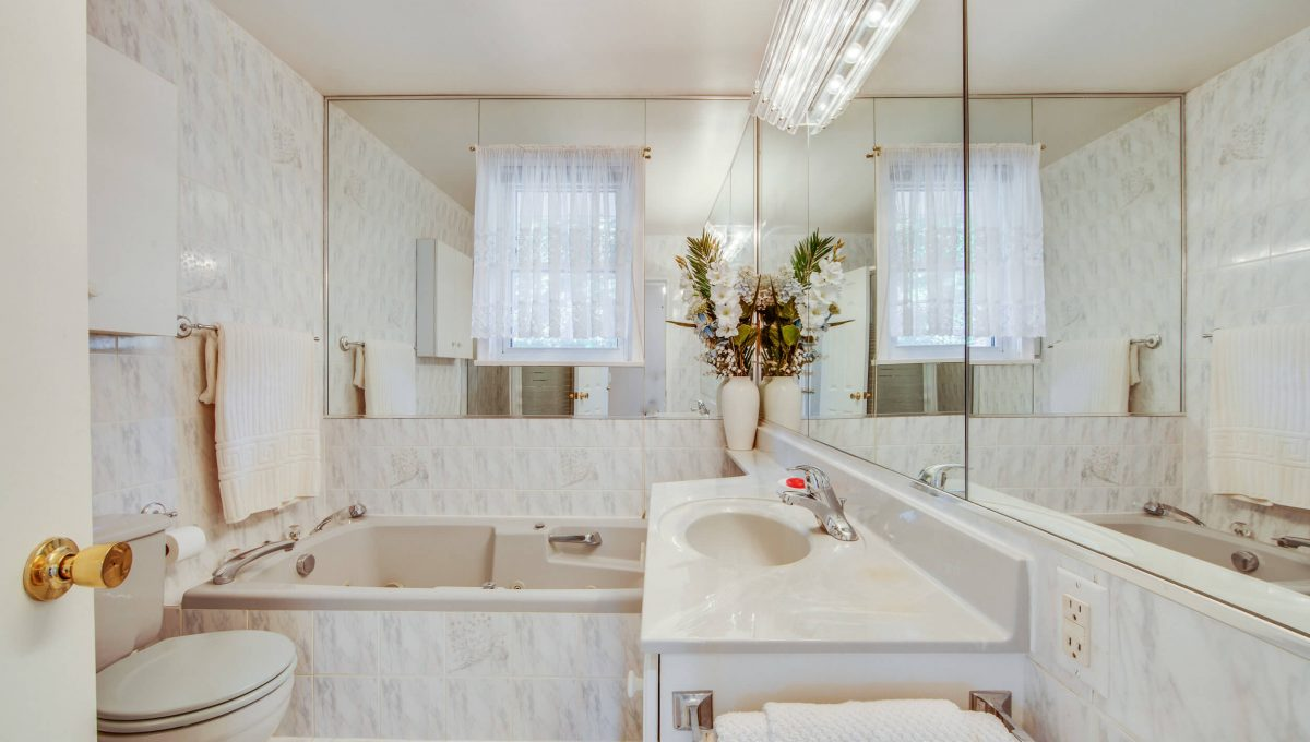 152 Newton Dr - Bathroom