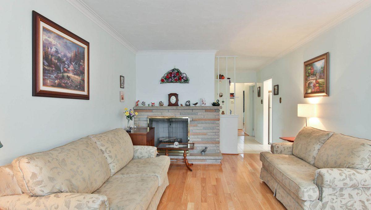47 Bathford Cres - Living room