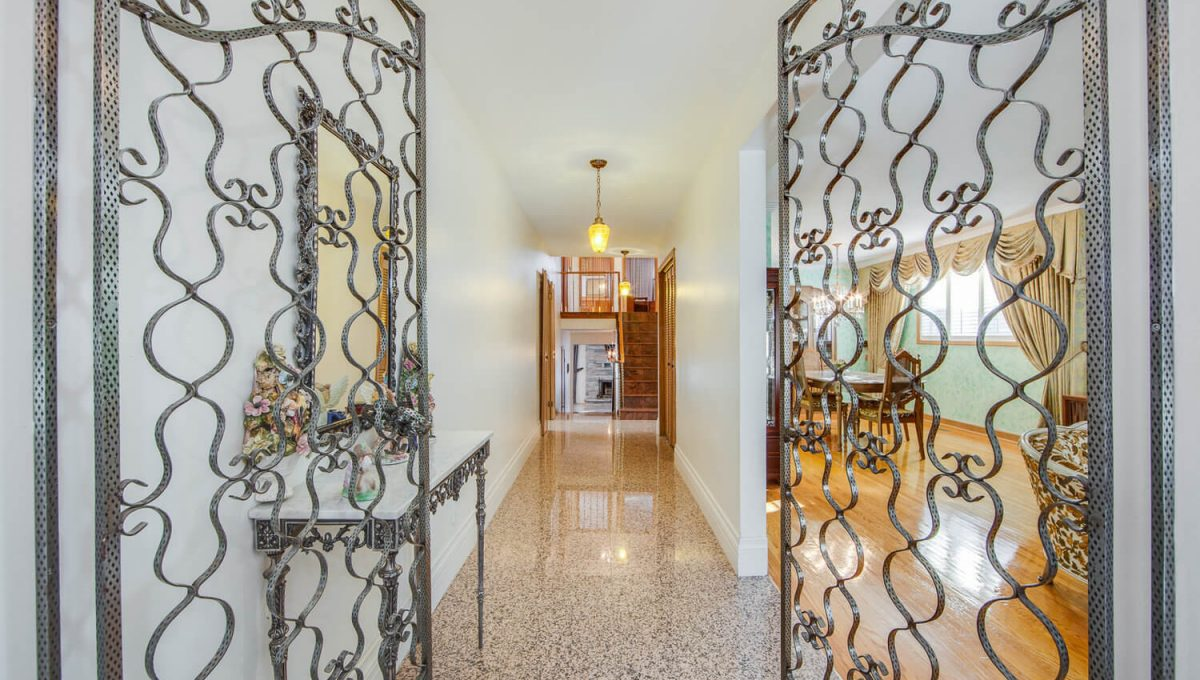 777 Cummer Ave - Foyer